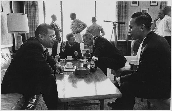 Honolulu_Conference,_Secretary_of_Defense_Robert_McNamara,Prime_Minister_Nguyen_Cao_Ky(South_Vietnam),President...-NARA-_192497